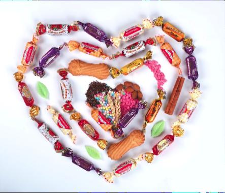 Конфеты, выложенные в виде сердца